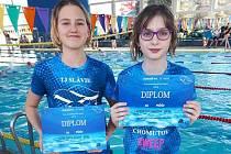 Na snímku plavkyně Kateřina Staňková (vpravo) s kolegyní z oddílu Anežkou Doksanskou na závodech v Kladně.