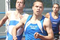 SBÍRAL ZLATÉ MEDAILE. Přeborníkem Ústeckého kraje v běhu na 400 m se stal Jan Rus z VTŽ Chomutov. Jeden z nejkvalitnějších výkonů závodů zaběhl v dresu Olympu Praha, za který hostuje v extralize, vlevo posléze třetí Jan Bajbora z AK Bílina.