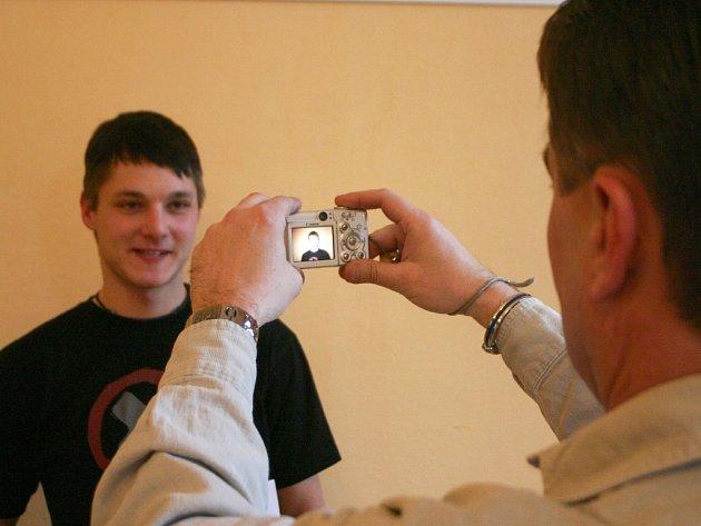 Castingu na připravovaný německý v Chomutově se zúčastnil také Mojmír Škárka, kterého fotografuje zástupce pražské castingové agentury Václav Hrdina