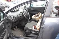 """Rozšklebená taška funguje na předním sedadle zaparkovaného auta jako """"pozvánka""""."""