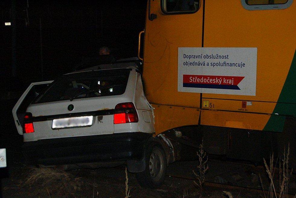 Levý nárazník vlaku prorazil okno za spolujezdcem. Tam zřejmě osádka auta utrpěla vážná zranění.