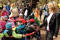 V dětské zoo je nový kolotoč, který jako první roztočila ředitelka zooparku Iveta Rabasová.