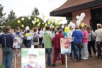 Na úplný konec se nad vysočanská pole vznesly žluté a bílé balónky se vzkazy pro Matěje. A zazněl potlesk.