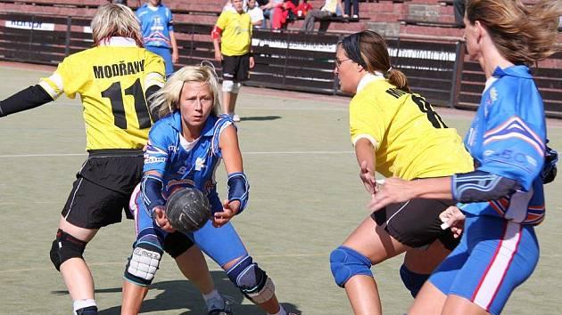 Chomutovské hráčky (v modrém) v útoku proti obraně Modřan.