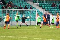 Závěrečný tlak Mosteckého fotbalového klubu (v zeleném), vyrovnání nepřinesl. Fotbalisté Junior Chomutov udrželi vedení i díky nejlepšímu gólmanovi turnaje Radku Charvátovi.