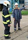 Směnový inženýr informuje velitele hasičské jednotky o mimořádné události.