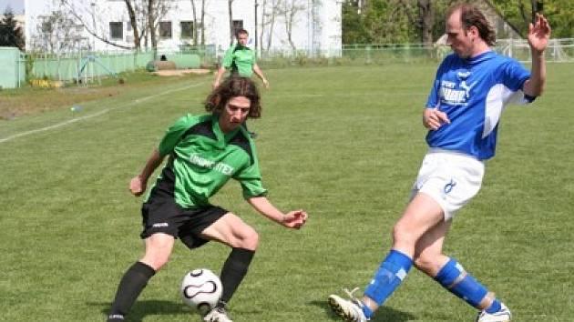 Snímek ze zápasu. Vlevo jirkovský Šlajchrt.