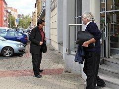 Karel Fořt (vpravo) vychází od soudu. Obvinění jsou podle něj smyšlená