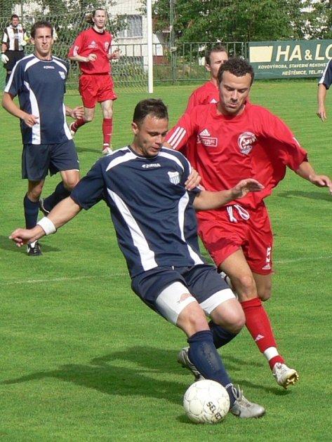 BODOVÝ IMPORT.  Na snímku o míč bojují chomutovský Vojtěch Čonka (vlevo) s neštěmickým Ladislavem Šanovským.