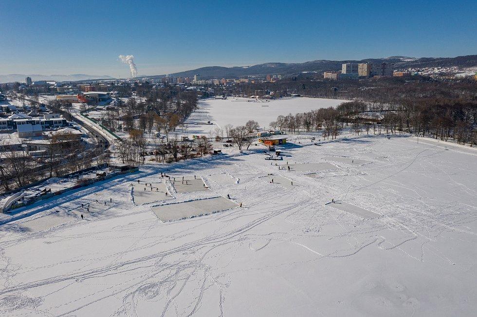 Pohled na vodní nádrž Banda a Kamencové jezero v Chomutově uprostřed letošní krásné bílé zimy. (15.2.2021)