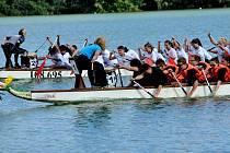 Školní soutěž sobotního poháru dračích lodí měla sice jen čtyři posádky, ale ty si rozhodně nic nedarovaly. Nakonec zvítězili školáci z Jirkova (vzadu v bílém) ze ZŠ Budovatelů.