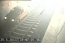 Kamera zachytila, jak auto drncá po železničních pražcích.