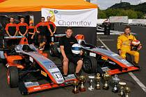 Tým Chabrmotorsport se svými formulemi, techniky i jezdci. Tomáš Chabr úplně vpravo.