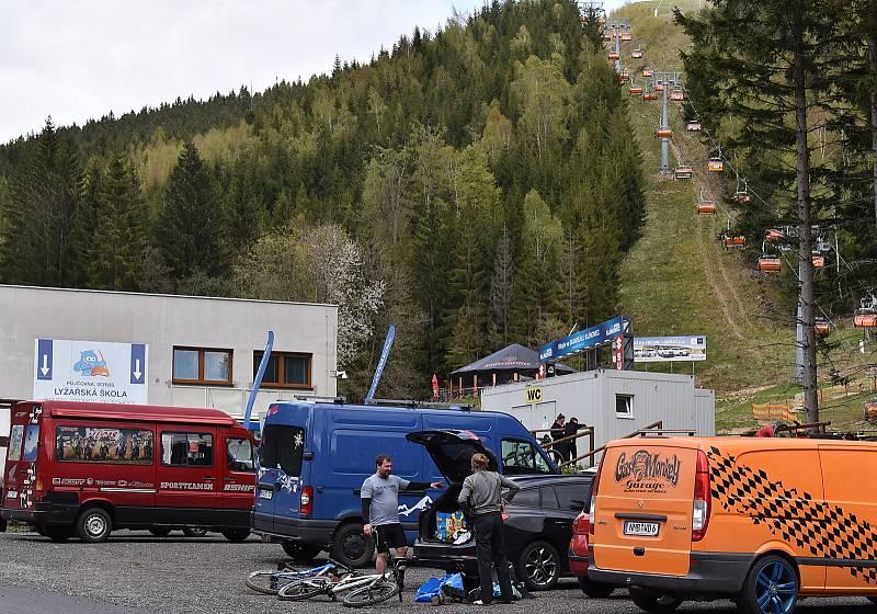 Na nejvyšší krušnohorském kopci se letos poprvé spustila lanovka. Slouží hlavně cyklistům, zároveň se totiž otevřel klínovecký trail park. Sobota 22. května