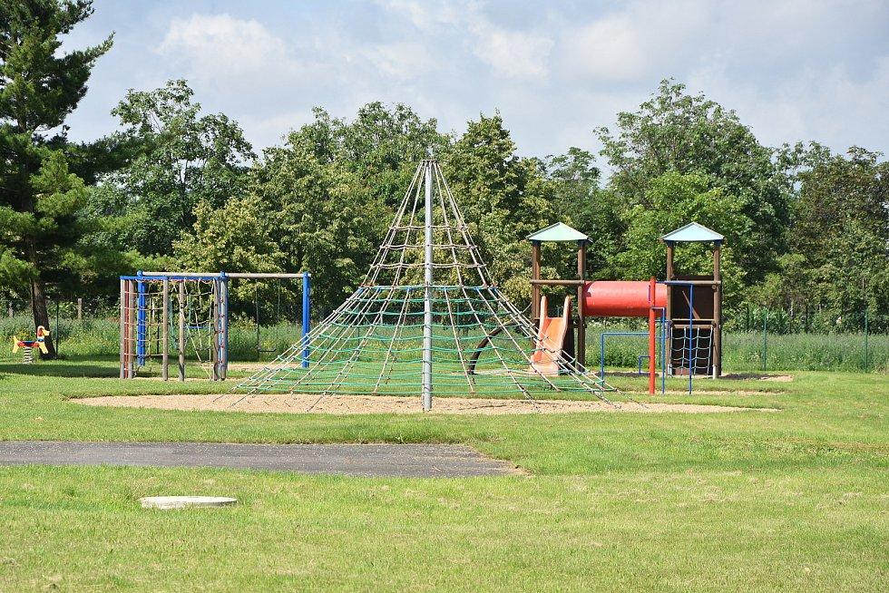 Dětské hřiště sousedí se sportovním.