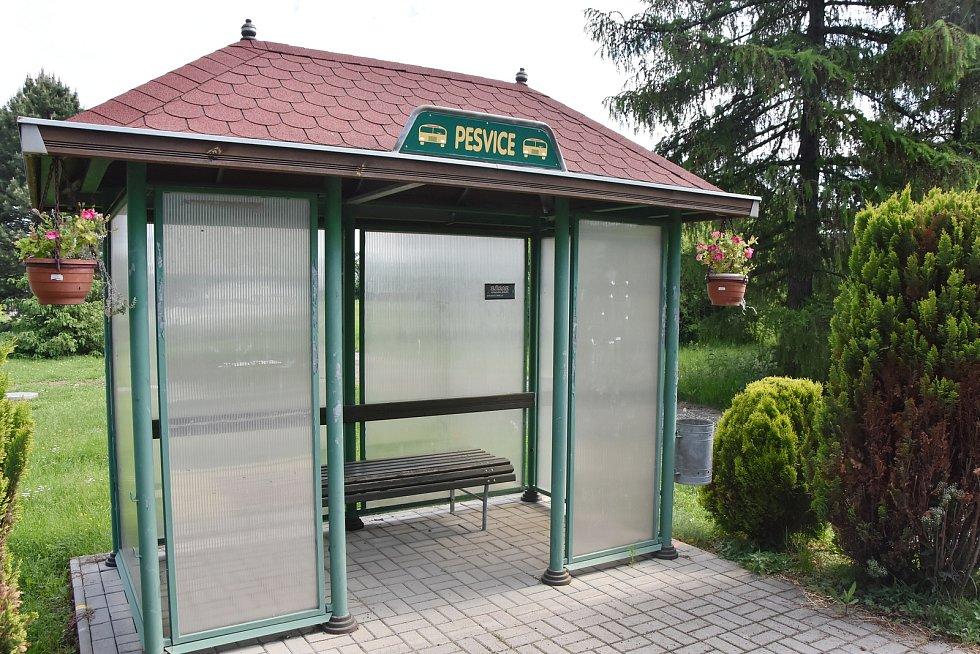 Autobusová zastávka v Pesvicích.