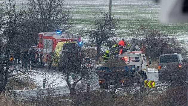 Dopravní nehoda aktuálně blokuje provoz na silnici spojující Chomutov a Otvice v zatáčce u Bandy. Všechny složky IZS jsou na místě. Doprava je uzavřena.