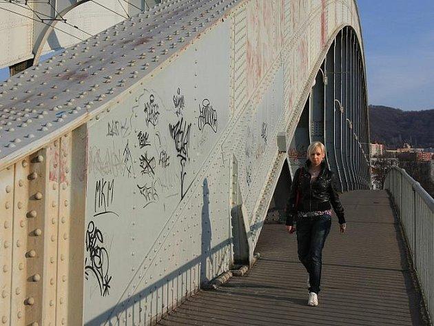 Mezi největší ústecké ostudy dnes čtenáři Ústeckého deníku řadí i most Edvarda Beneše. Vadí jim, jak je posprejovaný, i jak je ledabyle prováděna údržba mostního nátěru.