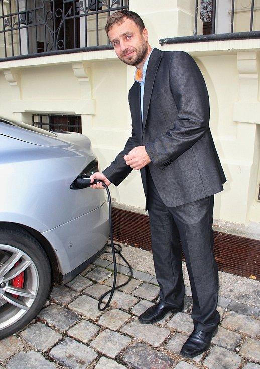 Elektromobil Tesla před divadlem předváděla chomutovská společnost Nelumbo. Na snímku nechává auto nabít předseda představenstva Vladimír Haška.