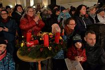 Chomutovský kostel na náměstí se rozezvonil vánočními koledami.