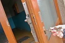 Všechny vchodové dveře nesou známky páčení