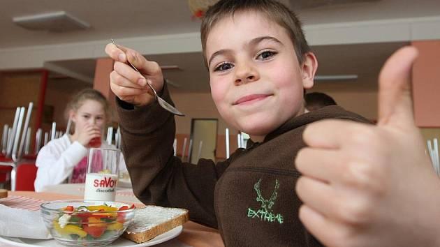 JAK TO BUDE VYPADAT. školáci ochutnali vzorové svačiny, mezi nimi zeleninový salát nebo chleba se sýrem a ředkvičkami.