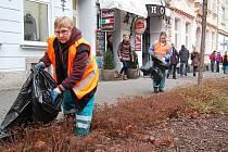 Pracovnice Technických služeb města Chomutova uklízejí Blatenskou ulici.