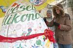 Největší kašírované velikonoční vajíčko je na Červeném Hrádku. Měří 210 centimetrů a tím padl rekord. Vajíčko v neděli poté při velikonoční oslavě ozdobili návštěvníci akce. Organizátorka akce Hana Procházková dětem rozdávala malovaná i čokoládová vajíčka
