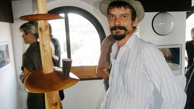 Josef Šporgy ve věži u jedné z vystavených plastik, která má i praktické využití.