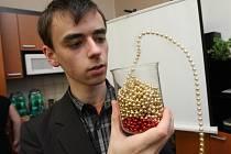 Nejzajímavější pokus prezentoval místní student Marek Wojtowicz se vznášejícími korálky. Skoro jako kouzlo, že?