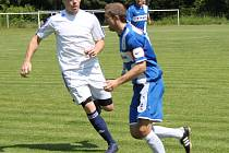 Fotbalisté AFK LoKo Chomutov (v bílém) porazili v derby kadaňský Tatran.