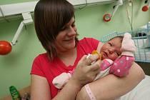 Malá Terezka v náručí maminky.