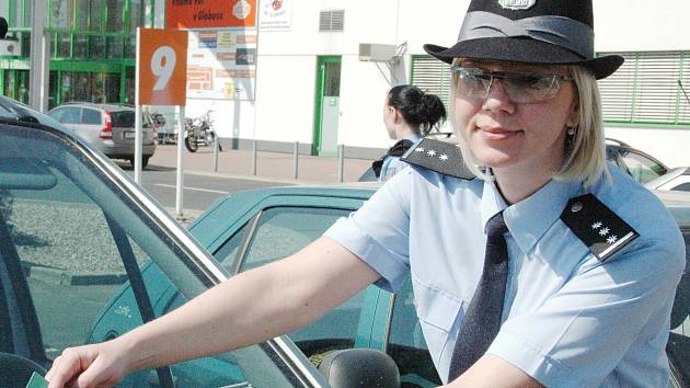 Přestože policisté často vyráží na  prohlídky parkovišť s cílem upozornit řidiče na to, že auto není trezor, jsou auta na chomutovských parkovištích stále jako výkladní skříně.