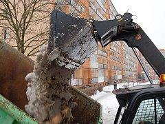 Úklid sněhu na Březenecké v Chomutově.