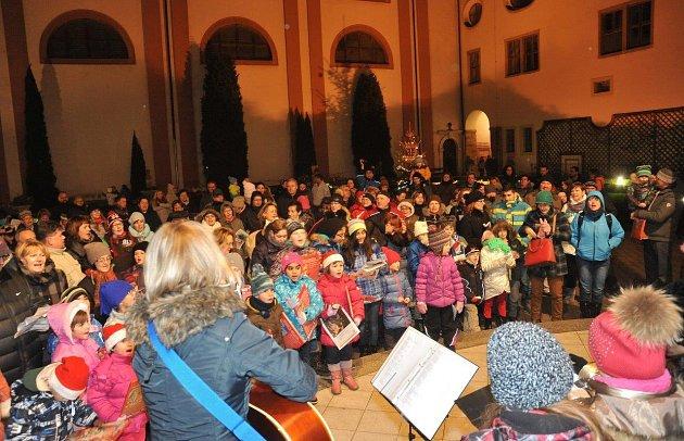 Česko zpívalo koledy ivChomutově.