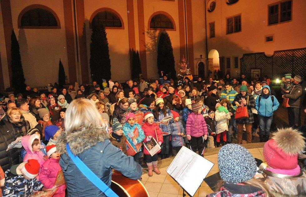 Česko zpívalo koledy i v Chomutově.