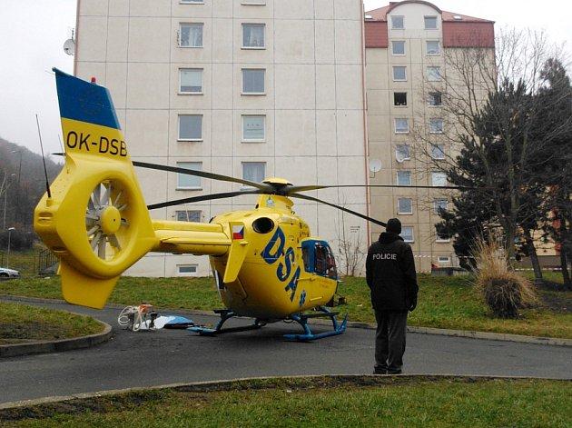 Záchranářský vrtulník přistál přímo na sídlišti.