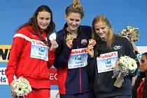 Nejlepší na světě. Zlatá Olivia Smoliga, stříbrná Mie Oestergaard Nielsen a bronzová Simona Baumrtová (vpravo) s medailemi z mistrovství světa.
