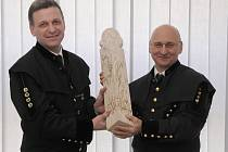 Sošku převzal generální ředitel Severočeských dolů Ivan Lapin (vpravo).