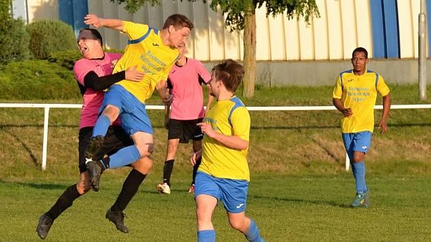 Běží 91. minuta utkání a obránci Vejprt ve žlutém zastavují útok Málkova na hranici velkého vápna jen za cenu faulu. Z následné penalty vyrovnal Martin Farář a šlo se na penalty.