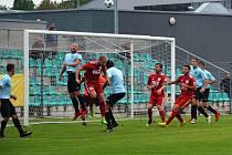 Bojovný výkon fotbalistů Chomutova (modří) na body ve Zbuzanech nestačil.