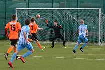Největší šanci prvního poločasu měl ve 12. minutě domácí kapitán Michal Škuléty (č.8 v modrém). Na jeho lob sice gólman Darek Doležal nedosáhl, ale míč letěl vedle.