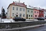 Domy ve Spořicích lemují potok Hačka. Na snímku je obecní úřad.