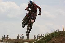 Jakub Terešák z Motosportklubu Málkov na trati plné skoků v Opatově u Svitav.