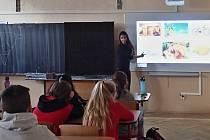 Školáci trénují angličtinu se studenty z Gruzie i Kolumbie