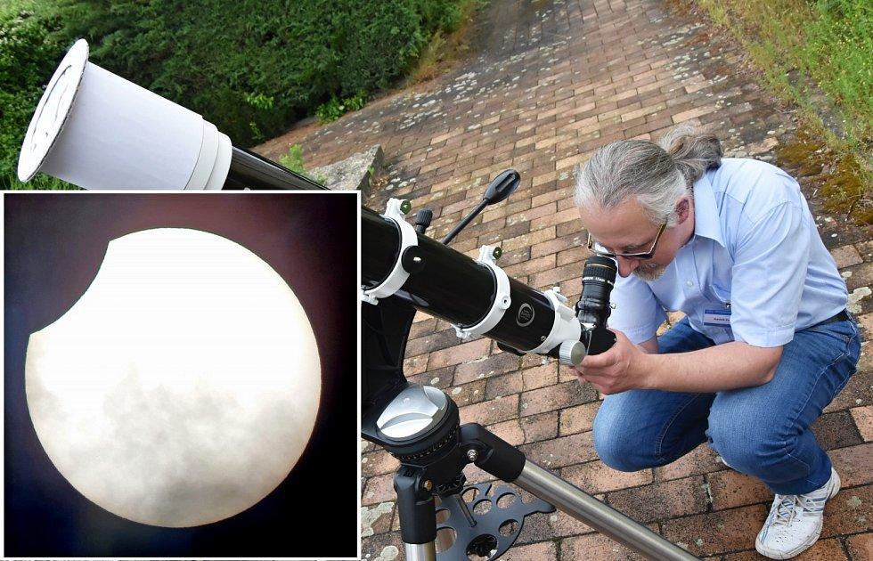 Radek Zozulák se svým zrcadlovým teleskopem a částeční zatmění Slunce, které takto spatřil