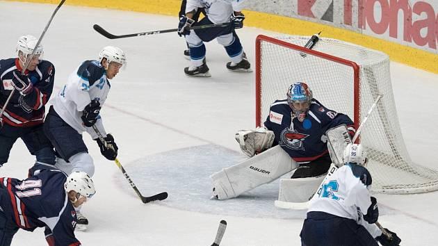 Piráti Chomutov (v bílém), svedli s týmem HC Škoda Plzeň vyrovnaný boj.