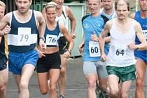 29. CHOMUTOVSKÁ HODINOVKA. Vítězem tradičního běhu se stali Slávek Švejdar z Karlových Varů a domácí běžkyně Jitka Bělohlávková (na snímku běží s číslem 76), oba vyhráli i loňský ročník.