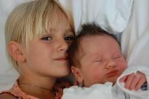 K malému Jáchymovi Vágnerovi se tulí jeho šestiletá sestřička Sárka. Malý se narodil 24. 7. ve 13:49 hodin v Chomutově mamince Jitce Vágnerové. Měřil 52 cm a vážil 3,650 kg.