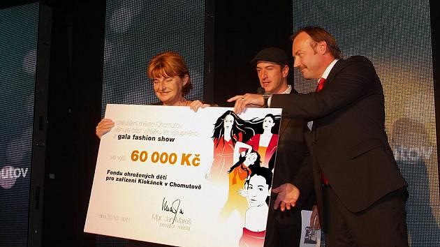 Primátor Chomutova předává předsedkyni Fondu ohrožených dětí Marii Vodičkové šek na šedesát tisíc korun.